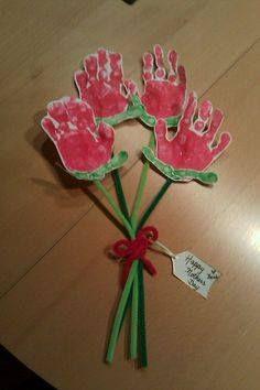 Ramo de flores hechos con manos de los niños. Regalo Día de la madre.