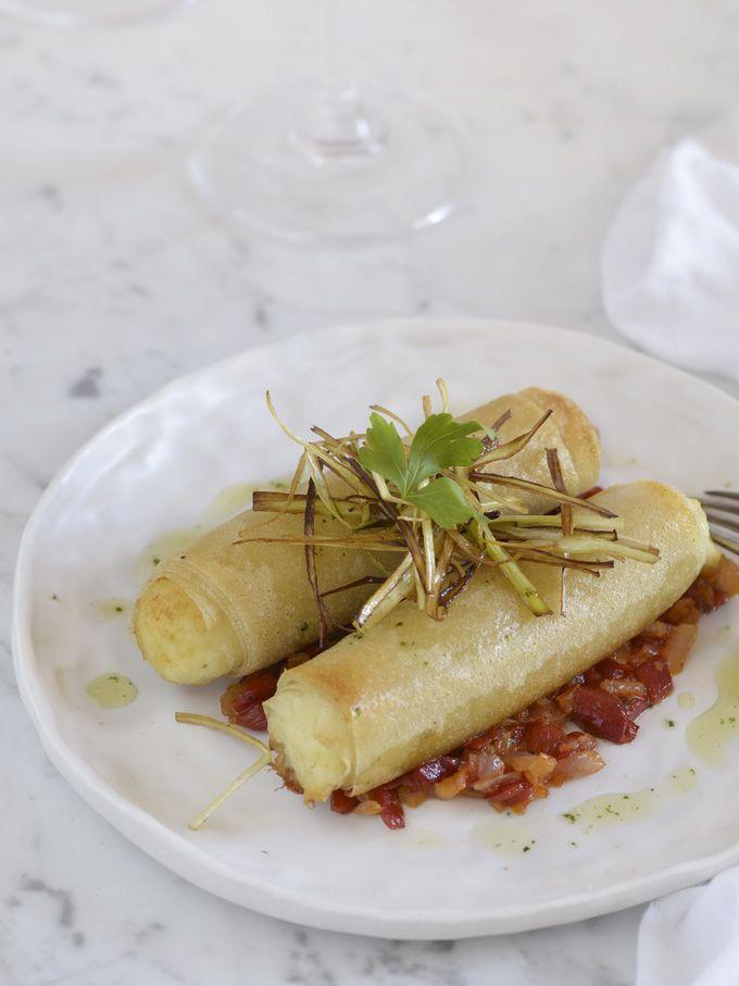 Canelones crujientes de brandada de bacalao y piquillos, un plato fácil y de sabor y textura espectacular.