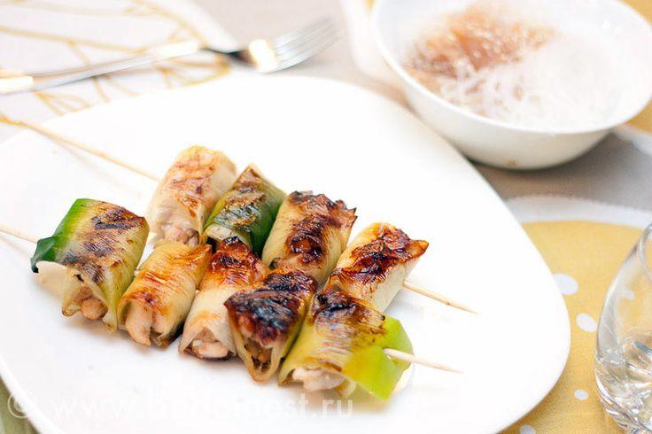 Курица с луком пореем понравится любителям китайской и японской кухни. Куриные шпажки готовятся легко и быстро и обладают удивительным кисло-сладким вкусом