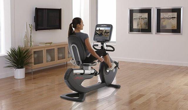 С горизонтальным велотренажером PCSR от Life Fitness и планшетной консолью Discover SE легко погрузится в тренировку за просмотром любимого фильма.  #lifefitness #велотренажер #pcsr #discoverse