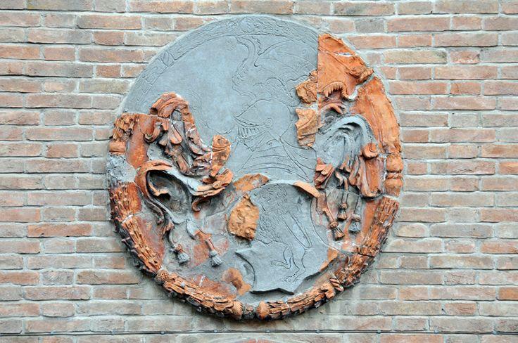 Medaglione in terracotta (seconda metà del XV secolo) collocato sopra il portone d'ingresso dedlla facciata principale di Palazzo Sforza