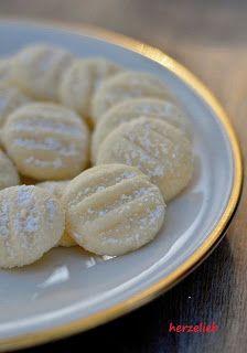 herzelieb: Schneeflöckchen - der wohl zarteste Keks der Welt #rezepte #plätzchen #weihnachten
