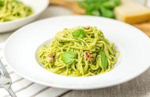 Když jsem byla v Itálii, naučila jsme se připravit tyto domácí špenátové těstoviny se sýrem. Moje rodina se jich nemůže nabažit!