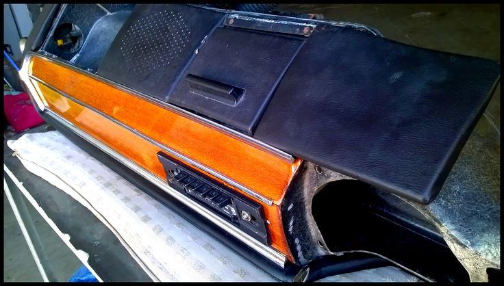 Plancia/cruscotto Alfa Romeo Giulia del 1972: particolare degli inserti in legno e autoradio.