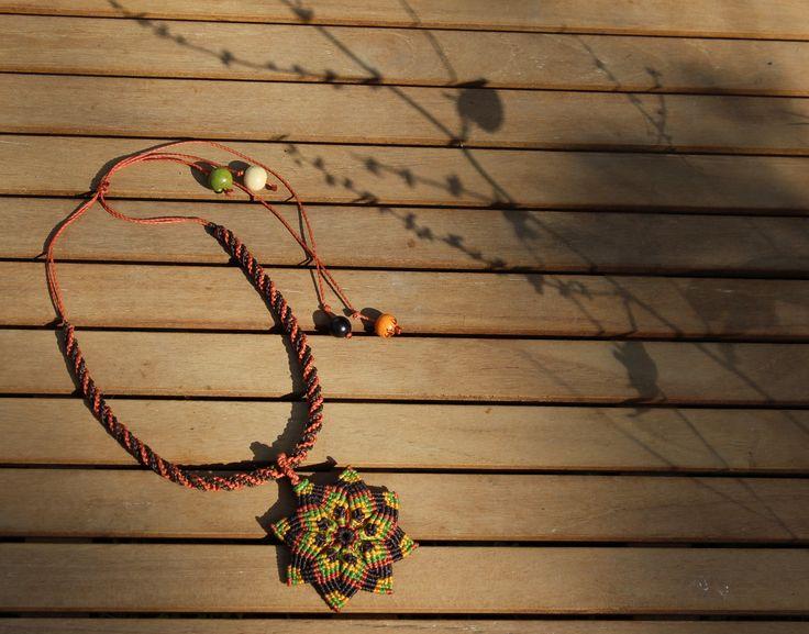 Collier Mandala fait main en macramé : Collier par Macramundi.  24 euros, livraison en France offerte !