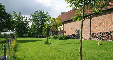 http://www.tuindesign-ten-horn.nl Tuinarchitect - tuinontwerp. Informele grote landelijke tuin bij voormalige boerderij in Limburg.