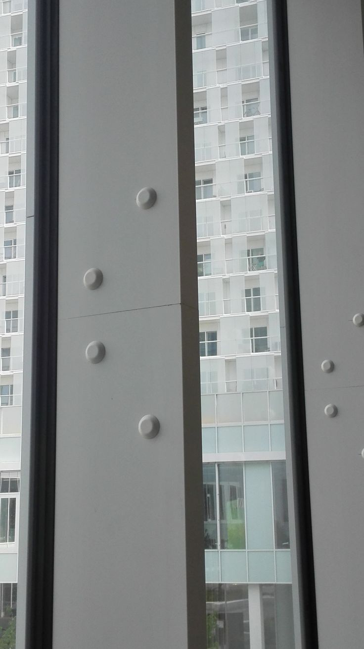 Het lijkt alsof deze punten een essentiële rol spelen in het dragen van dit enorm gebouw. Zonder deze punten zouden de balken hun steunende functie verliezen.