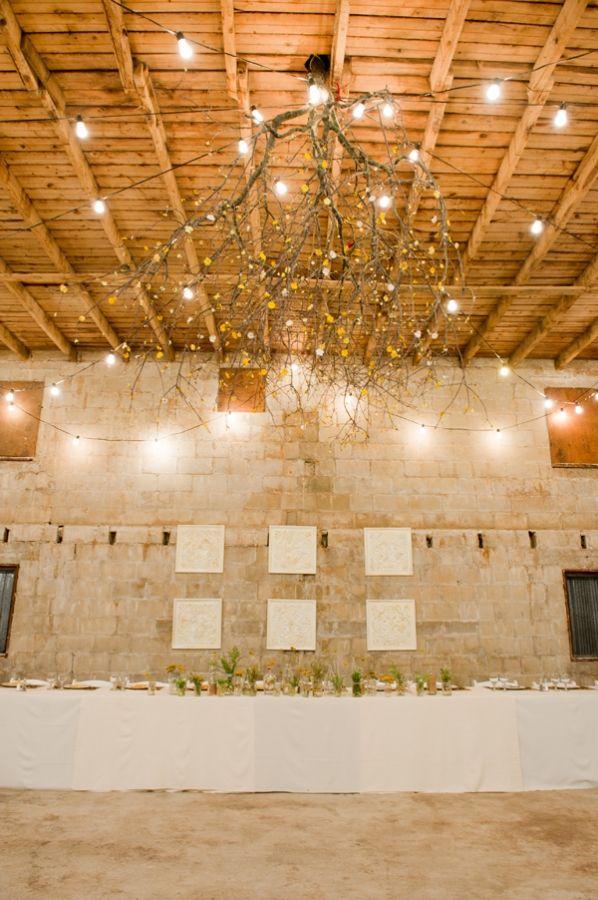 idea para decorar un techo: Idea, Barn Weddings, Christmas Lights, Paper Flowers, Trees Branches, Trees Upside, Branches Chandeliers, Barns Wedding, Rustic Wedding
