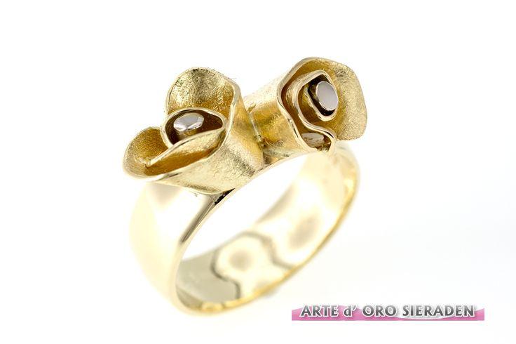 Assieraad gemaakt van Geel gouden trouwring met 2 roosjes, gevuld met as.Arte d' Oro sieraden,goudsmid Nijmegen.
