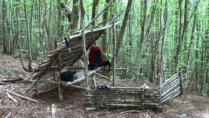 Bushcraft: semplice campo con tetto e letto rialzato