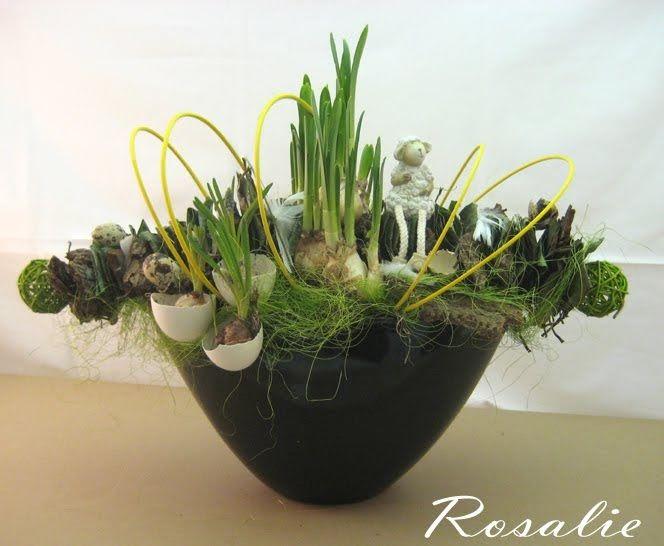 Benodigdheden: langwerpige schaal oase stukje boomschors klimopblad sisal eieren paaseitjes, veertjes etc. 2 soorten voorjaarskno...