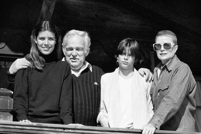 Da sinistra, Carolina di Monaco a 23 anni con il principe Ranieri III di Monaco, la sorella Stephanie e la madre Grace di Monaco nella loro casa di montagna a Gstaad nel 1980.