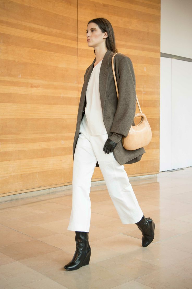 17. Long jacket in virgin wool and cashmere / Blouse in cotton poplin / Wide-legged pants in cotton-satin / Gloves in virgin wool and cashmere / Bag in molded leather / Boots in calf leather