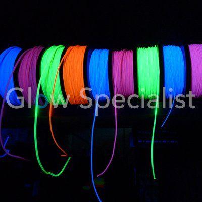 Dit 2 mm dikke draad geeft licht bij blacklight en gebruiken we om feestlocaties en sportvelden mee te versieren en lijnen te spannen.