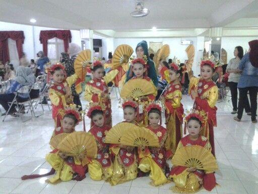 Kids dancing Betawi