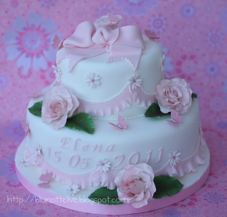 you all have probably noticed that I love cakes...specially with sugar roses and icing!