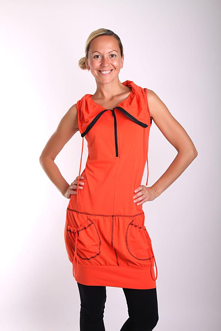ARCHÁNGELOS orange dress Sportovně elegantní šaty z příjemného pružného úpletu... jednoduchá linie, rozepínací límec se zipem a se se šňůrkou, který si můžete naaranžovat na mnoho způsobů... pod šaty můžete obléci tričko s krátkým nebo dlouhým rukávem za chladnějších dní... spodek mírně nařasený do pružného lemu... kapsy... Materiál: pružný úplet ...