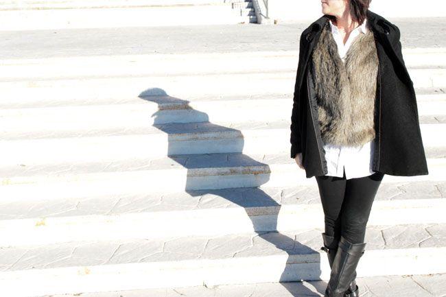 Abrigo, leggins y botas de Zara de otras temporadas. Camisa blanca de Zara AW14 y chaleco de pelo de El Corte Inglés.