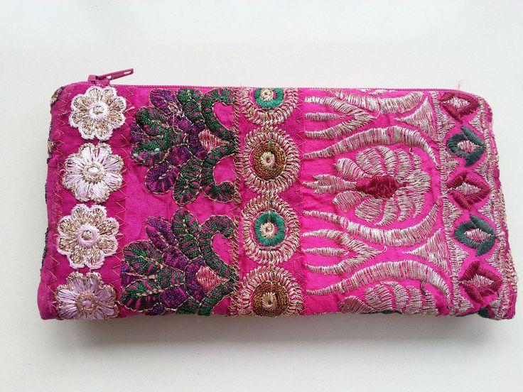 Roze stoffen make up tasje gemaakt van gerecycled sari stof met mooie satijnen voering. Grootte: 20.5 x 10.5cm Kleuren en patronen variëren door het gebruik vangerecyclede materialen. Producent: Touch of India Touch of India werd opgericht in april 1988.Ze produceren een breed scala waaronder tassen, fotoalbums, sieraden, sjaals, dozen en huishoudartikelen. Ze zijn trots op […]