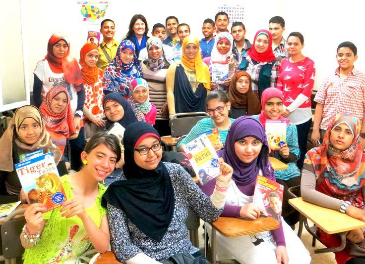 Студенты в Каире держат учебники английского языка (Госдепартамент)