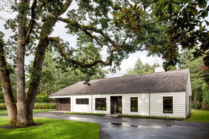 Сдержанный проект большого деревянного дома в современном деревенском стиле