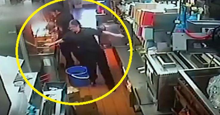 Un vídeo que fue captado por las cámaras de seguridad al interior del restaurante de comida rápida McDonald's, ubicado en Melbourne, Estados Unidos, muestra el inoportuno momento en que la empleada de