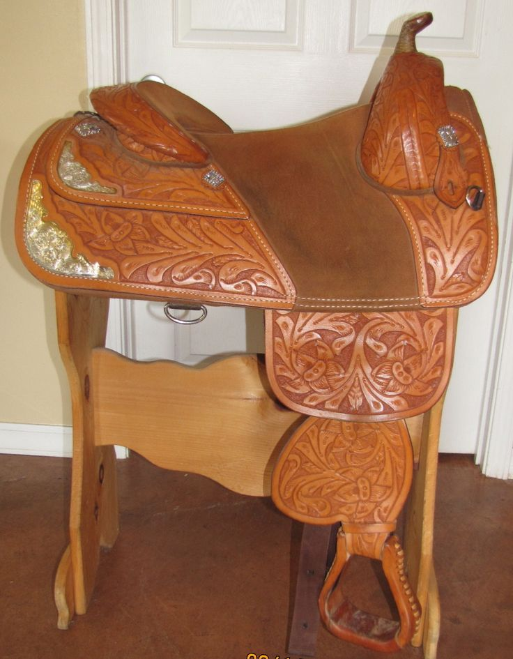 Bob Marshall treeless, double skirted show saddle. I love this! Awesome for starting young horses and taking them to shows in. Fits almost everything.<3