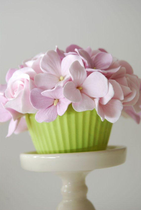 Delightful Cupcake with Roses and Hydrangeas от gofigurette