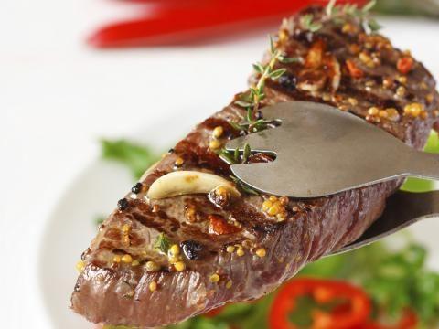 Lecker Steak - Rumpsteak mit Thymian-Schalotten einfach nachkochen. Cornelia Poletto zeigt Ihnen wie es geht.