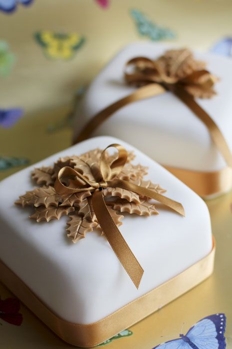 Small fruit Christmas cakes with gold holly