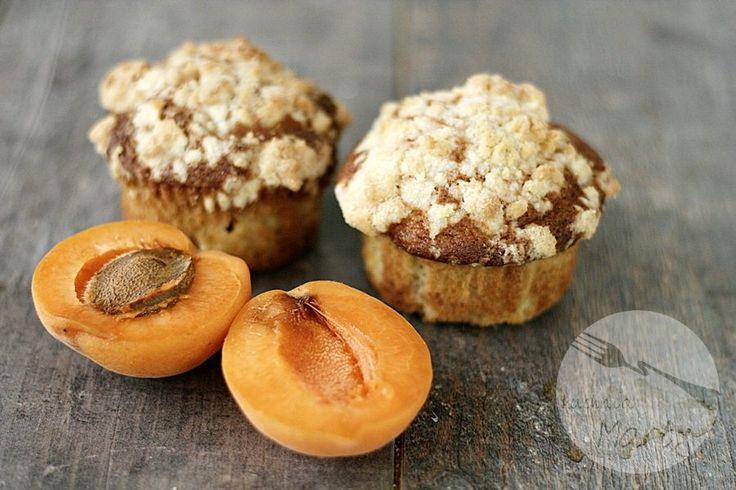 Pyszne i szybkie w przygotowaniu morelowe muffinki z kruszonką są idealne jeśli macie ochotę na coś słodkiego. Delikatne, puszyste z dużą ilością świeżych owoców i słodką kruszonką