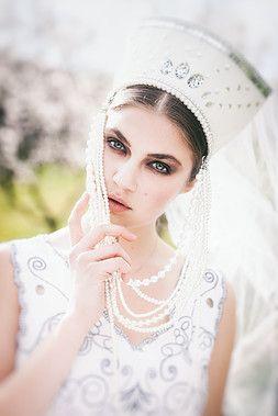 KOKOSHNIK  Bride make-up  photo by Nikol Obrová