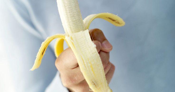 Cómo blanquear tus dientes usando banana. El color amarillo en los dientes puede causar vergüenza y dar lugar a situaciones sociales incómodas. El café, el tabaco, la falta de higiene y el envejecimiento son algunos de los factores más comunes detrás de unos dientes amarillentos. Los procedimientos de blanqueamiento dental profesional pueden ser costosos y requerir una cantidad ...