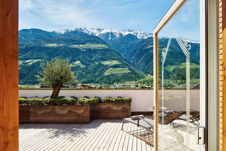 Panoramaterrasse über Dächern von Naturns im Hotel Feldhof