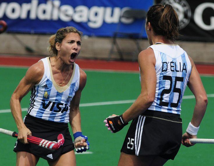 Macarena Rodriguez y Silvina DElia festejan el segundo gol de Las Leonas frente a Sudáfrica en el partido correspondiente a los cuartos de final de la Liga Mundial , en Londres. Argentina ganó 3-1.