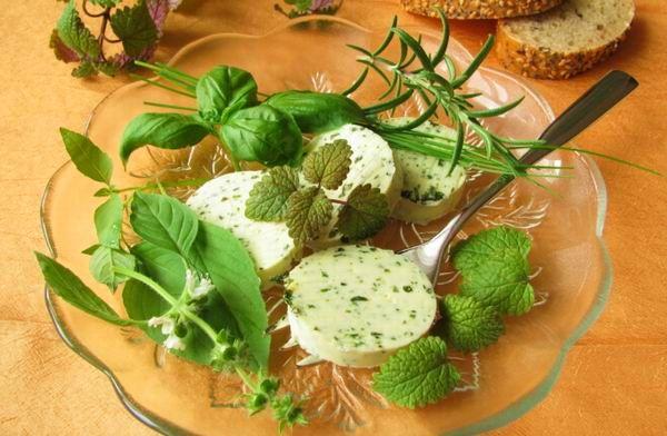 Tetszés és ízlés szerint bármilyen zöldfűszerrel készíthetünk fűszervajat