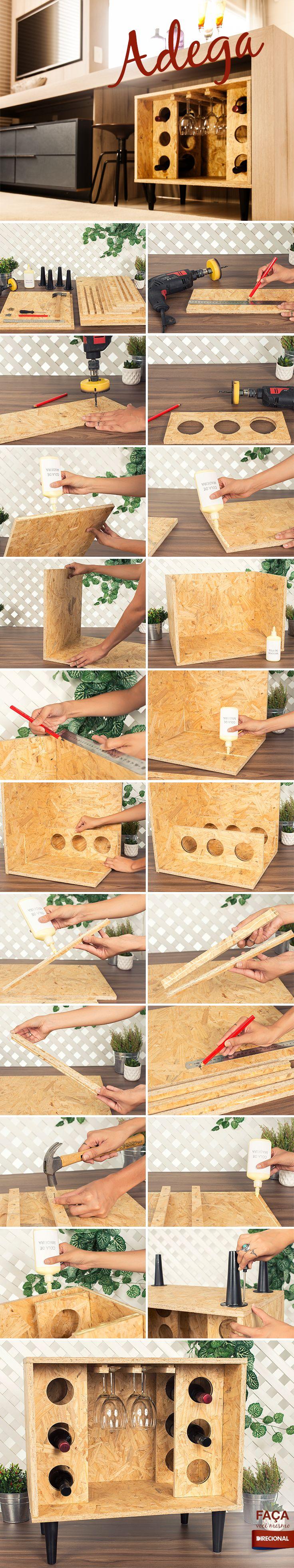 O nosso tutorial da semana vai ensiná-lo a fazer uma adega simples e bonita para decorar sua casa e armazenar as bebidas.  Material: Você encontra todos esses itens em lojas de materiais de construção e grandes varejos.     Placas de OSB: 2 de 40x40cm  (peças laterais) 2 de 40x60cm  (base e tampo) 1 de 40x57cm  (fundo) 4 de 15x40cm 3 de 1,5x35cm 3 de 2,5x35cm Cola  para madeira Pregos Pés de sofá/mesa Parafusos Furadeira Broca  para madeira Broca  serra…