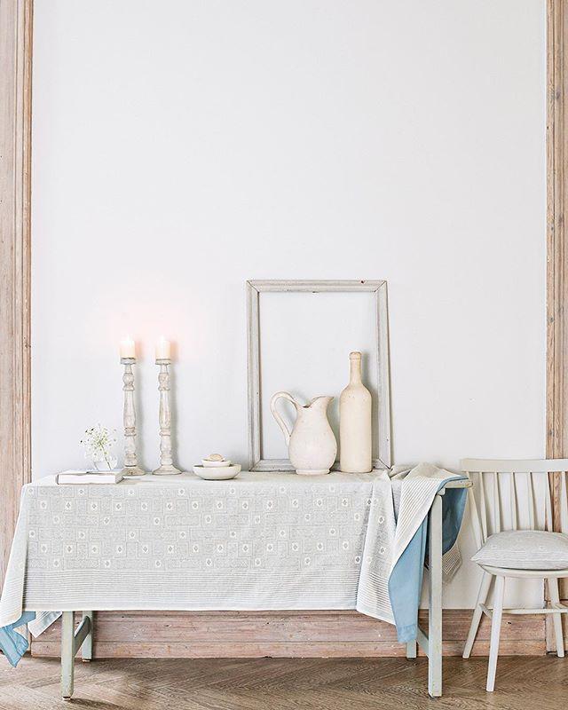 Unsere Tischdecke Svea Ist Ein Stilvoller Begleiter Fur Jeden Tisch Sie Besteht Aus Zwei Lagen Baumwolle In Weiss Und Hellblau De Decor Home Decor Table Cloth