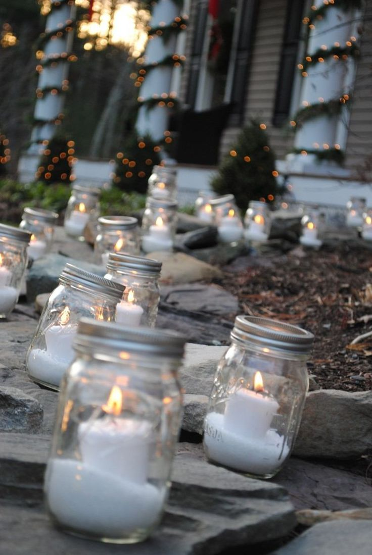 déco de jardin pour Noël - des photophores en bocaux en verre illuminent l'allée de jardin