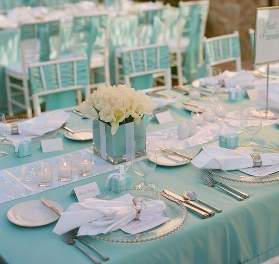 After many years at the top of the list of colors used for weddings and events, we thought that the blue Tiffany, had been forgotten, but for the 2017 season of events promises to his triumphant return. Come and visit us at our showroom in Via Nazionale delle Puglie 294, Casoria, to see our articles Tiffany blue, we are open from Monday to Saturday from 9.00 to 18.00. PH BY PINTEREST