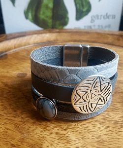 Leren armband dames grijs te bestellen in de sieraden webshop. Leren armbanden voor mannen en vrouwen zijn enorm populair. Goedkoop handgemaakt uniek
