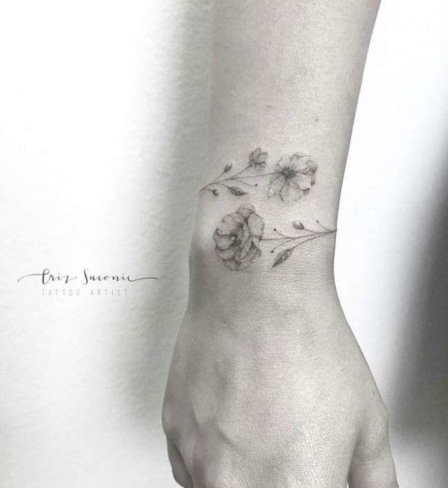 Tatouage femme Fleurs Noir et gris sur Poignet