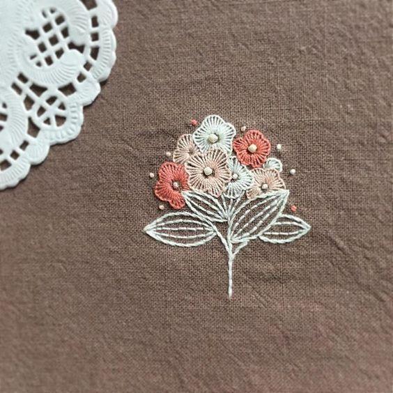 야심차게 준비한 핑크브라운 원단인데... 그냥 브라운으로 보이는건 시력탓일거야 - #라식해서양쪽시력모두2.0 - #꽃보다자수 #프랑스자수 #손자수 #자수 #needlecraft #handembroidery #needlework #embroidery #handmade #stitch #stitchwork #stitches
