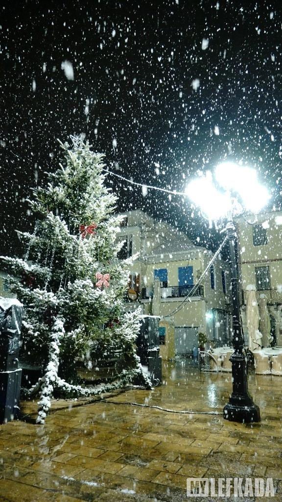 10/01/2017. Το Χριστουγεννιάτικο δέντρο στη Κεντρική πλατεία με πραγματικό χιόνι.