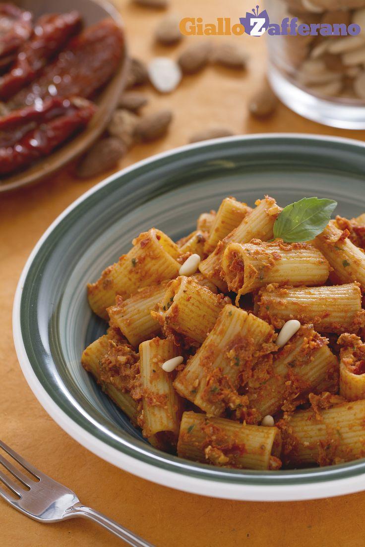 I RIGATONI mantengono tutto il sapore e il gusto del PESTO di POMODORI SECCHI (rigatoni with sun-dried tomato pesto)! #ricetta #GialloZafferano #italianfood #italianrecipe