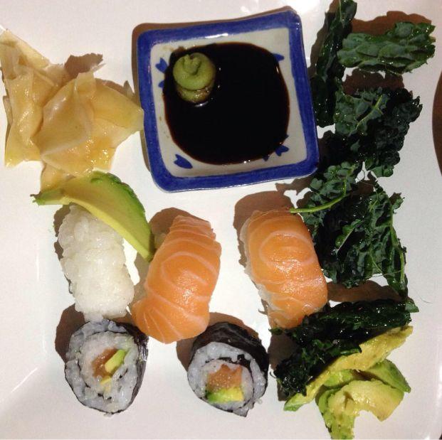 Av någon anledning äter vi alltid hemmagjord sushi på våra fyrkantiga tallrikar.