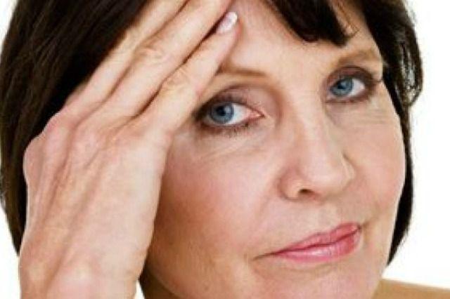 La menopausa è l'evento fisiologico che colpisce ogni donna nel momento in cui non è più fertile. Vampate di calore, allergie, stanchezza e diradamento dei capelli, scopriamo quali sono i sintomi più insoliti della menopausa.