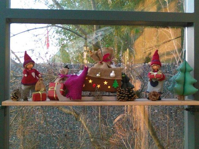 Weihnachtswichtel beladen Santas Schlitten