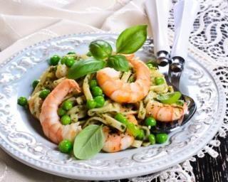 Tagliatelles aux crevettes, petits pois et basilic pour séduire ses beaux-parents : http://www.fourchette-et-bikini.fr/recettes/recettes-minceur/tagliatelles-aux-crevettes-petits-pois-et-basilic-pour-seduire-ses-beaux