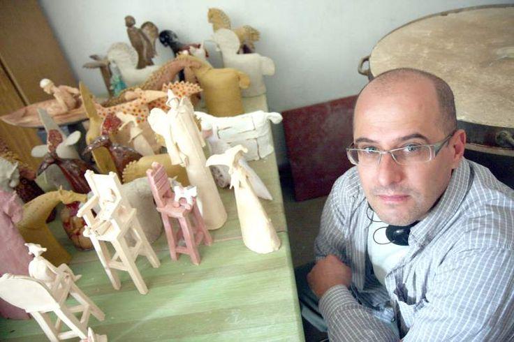 """Arkadiusz Szwed ceramiką zajmuje się od 7 lat. Wautorskiej pracowni """"Alezja"""" realizuje swoje artystyczne wizje, tworząc gliniane arcydzieła sztuki dekoracyjnej iużytkowej. Znalazł się wgronie kilkunastu osób reprezentujących lubelską klasę kreatywną wprojekcie """"Kreatywni 2013""""."""